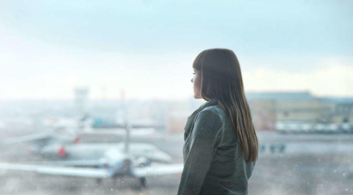 donna che guarda aereo
