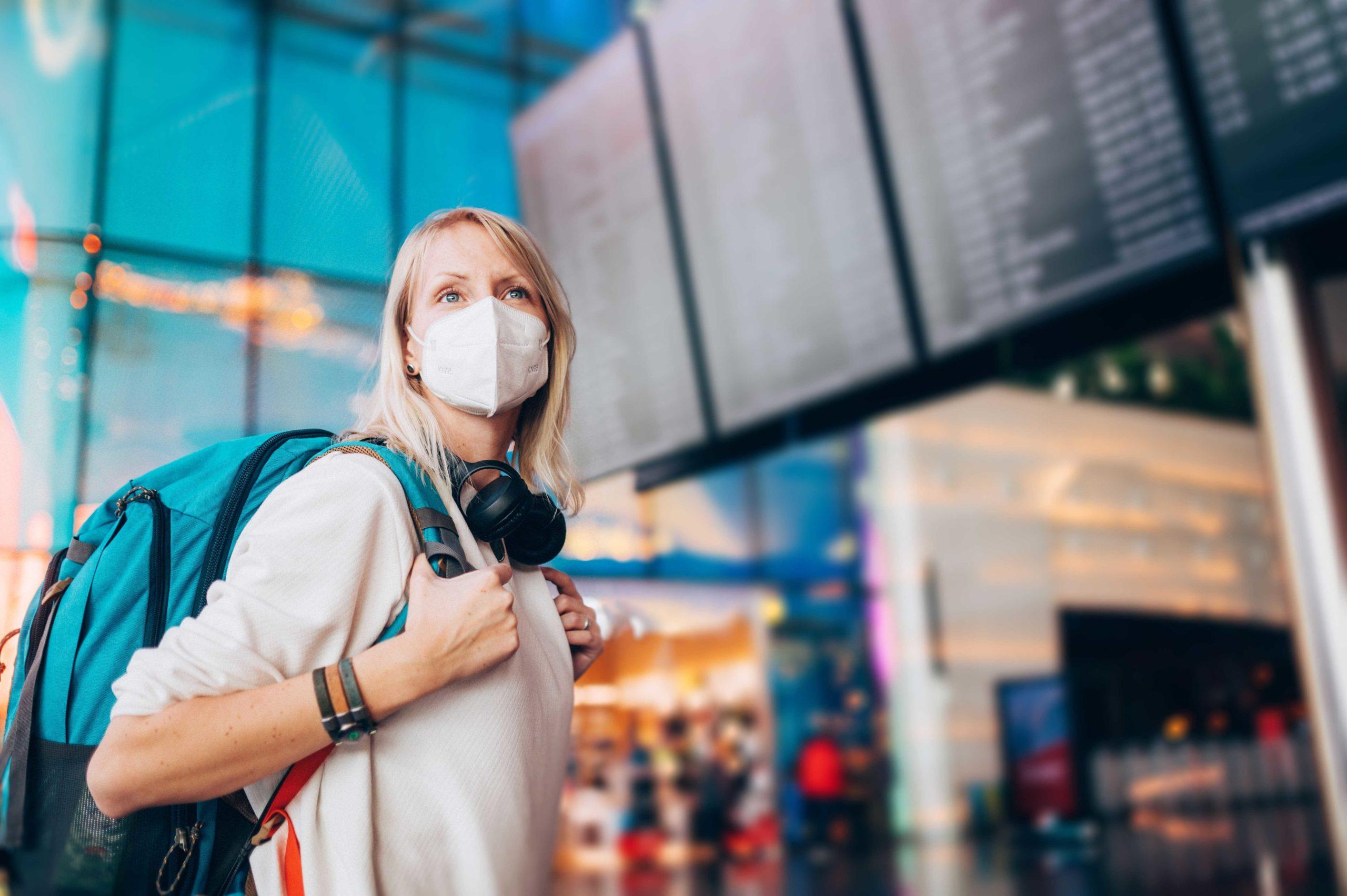 donna in aeroporto con mascherina