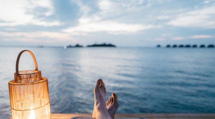 foto piedi donna soggettiva su fiume
